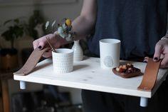 Découvrez notre DIY facile et rapide pour créer un plateau en bois et cuir design. Dans un esprit scandinave, ce plateau en bois est très tendance.