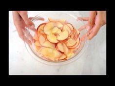 Pocięła jabłko na talarki i włożyła je do wody. To, co z nich potem zrobiła jest pyszne i kapitalne!