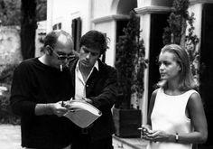 """1969. Alain Delon et Romy Schneider sur le tournage de """"La piscine"""" """"The Swimming Pool"""" avec Jacques Deray le réalisateur du film"""