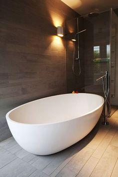 30 Unique Bathtub Ideas 2019 (For Stylish Bathroom) - Dovenda Modern Bathtub, Modern Bathroom, Master Bathroom, Glass Bathtub, Glass Bathroom, Bathroom Tubs, Bathroom Renovation Cost, Bathroom Remodeling, Remodeling Ideas