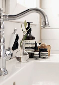 STIL INSPIRATION: My bathroom | picture wall + Aesop favourites