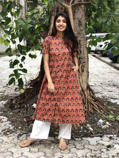 Pair it with narrow bottoms and there's your perfect work wear look. Simple Kurta Designs, Kurta Designs Women, Blouse Designs, Ethnic Outfits, Indian Outfits, Fashion Outfits, Dress Indian Style, Indian Dresses, Western Dresses For Women