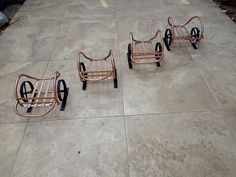 Maceteros en forma de carreta hechos con metal Tile Floor, Flooring, Texture, Crafts, Wheelbarrow, Facts, Upcycling, Shapes, Manualidades