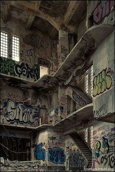 The abandoned prison of Carabanchel Spain Abandoned Prisons, Abandoned Buildings, Abandoned Places, Abandoned Castles, Haunted Places, Abandoned Mansions, Picture Wall, Photo Wall, Urbane Fotografie