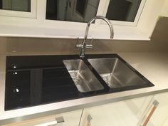 The stunning Bluci Kube Vetro Glass kitchen sink - Taken by one of our customers, this kitchen sink looks amazing set into a modern solid surface worktop. Real Kitchen, Glass Kitchen, Contemporary Kitchen Sinks, Stainless Steel Bowl, Glass Sink, Bowl Sink, Sink Taps, Waste Disposal, Solid Surface