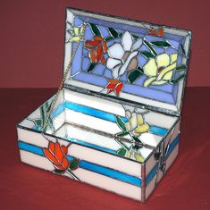 stained glass box with mirror bottom. Making Stained Glass, Stained Glass Flowers, Stained Glass Projects, Stained Glass Patterns, Stained Glass Art, Mosaic Glass, Glass Vase, Glass Jewelry Box, Jewellery Boxes