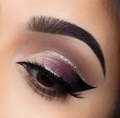 Cut crease plum smoky eye makeup with silver glitter eyeliner Plum Eye Makeup, Silver Glitter Eye Makeup, Eye Shape Makeup, Cut Crease Makeup, Glitter Eyeliner, Eye Makeup Tips, Glitter Eyeshadow, Eyeshadow Palette, Black Eyeliner