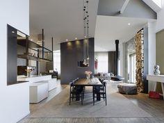 une salle à manger ouverte sur le salon avec un mobilier en bois
