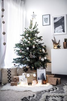 Beautiful And Cute Bohemian Christmas Decoration ~ Home Decoration Inspiration Bohemian Christmas, Christmas Mood, Christmas Fashion, Modern Christmas, Scandinavian Christmas, Beautiful Christmas, Minimalist Christmas Tree, Christmas Tree Inspiration, Christmas Interiors