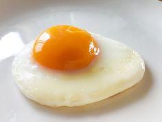 こんなに簡単なの⁉︎ いつもの目玉焼きをワンランクあげちゃう裏技 - macaroni in 2020 Japanese Side Dish, Japanese Food, Cute Food, Good Food, Yummy Food, Egg Recipes, Cooking Tips, Cravings, Food And Drink