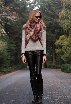 Sweater clothing is basically a very amazing outfit if used in conjunction with boots, this outfit is perfect for those of you who want to look cool this season. The coat of sweater is very simple. Cute Winter Outfits, Fall Outfits, Casual Outfits, Cute Outfits, Black Leather Leggings, Leather Pants, Casual Chic, Tartan Plaid Scarf, Fall Plaid