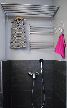 """""""Pyykkien ja ulkovaatteiden kuivatukseen olemme asentaneet Ikean mallistosta kaksi pyykkioksaa ja ylös ritilätason."""" @ Modernisti Kodikas -blogi / Kodinhoitohuone ja arkieteinen"""