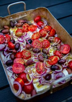 This is insanely good! Baked feta cheese with tomato, olives, onions and oregano. I baked my feta cheese on the grill. It was a fantastic tasty snack . Veggie Recipes, Vegetarian Recipes, Snack Recipes, Cooking Recipes, Healthy Recipes, Zeina, Food Wishes, Food Challenge, Mets