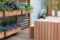 Bekijk de foto van eblezer met als titel verticaal tuinieren. Mooi houten planten/kruiden rek. en andere inspirerende plaatjes op Welke.nl.