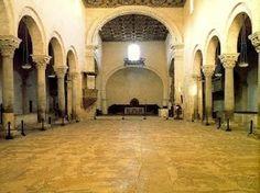 Cattedrale_di_Otranto-interno:Il mistero del mosaico pavimentale--- Un'antica leggenda lega l'interpretazione del mosaico della Cattedrale di Otranto alla scoperta delGraal. La presenza diRe Artùe la figura stessa che i due rami inferiori dell'albero tracciano nel basamento del mosaico, possono a ragione, aver alimentato questa credenza. Ma forse la leggenda nasconde una parte di veritå ( continua)