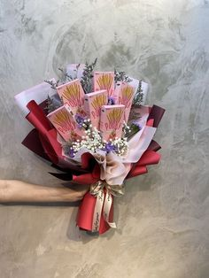 Candy Bouquet Diy, Food Bouquet, Money Bouquet, Gift Bouquet, Birthday Diy, Birthday Gifts, Chocolate Bouquet Diy, Rose Flower Arrangements, Edible Bouquets