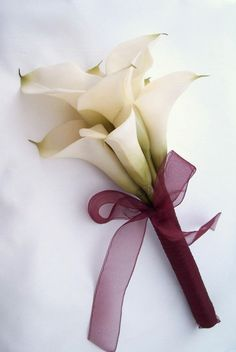 Excellent Free of Charge Calla Lily wedding Suggestions Calla lilies are classified as the superior bride's bouquet flower. The lamps on this Cameras flor Lily Bouquet Wedding, Calla Lily Bouquet, Purple Wedding Bouquets, Hand Bouquet, Bride Bouquets, Bridal Flowers, Floral Wedding, Wedding Colors, Wedding Bridesmaids
