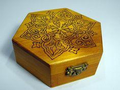 Scatola di legno esagonale con fatti a mano  di PyrosePatch