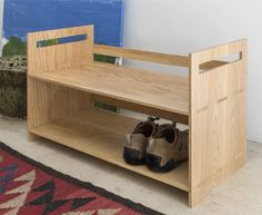 Já conhece a Sapateira FGV Design? É um móvel de apoio rectilíneo que prima pela simplicidade. 'Sapateira' em madeira maciça de freixo, evidencia-se pela sua funcionalidade e estrutura. Veja de perto a nossa coleção na Pátria Interiores. Esperamos por si!