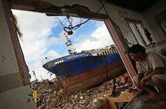 Tacloban/Philippinen: Mit einer Windgeschwindigkeit von bis zu 315Kilometern pro Stunde trifft der Taifun Haiyan am 8. November 2013 auf die Philippinen. Die Stadt Tacloban auf der Insel Leyte wird fast komplett zerstört, in den Straßen stapeln sich die Leichen. Insgesamt sterben 6340 Menschen, vier Millionen verlieren ihr Zuhause. Der Wiederaufbau ist noch immer nicht abgeschlossen.
