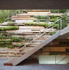 landschaft gestaltung bilder stützmauer fliesen steine pflanzen