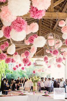 Feestzaal gedecoreerd met witte en roze pompoms.  #pompom #pompoms #lampion #honeycomb #versiering #decoration #hochzeit #hochzeitdeko #fete #marriage #mariage #alveoles #styling #trouwen #huwelijk #bruiloft #weddingdecor #weddingideas #event #trouwen #baby #babyshower #party #feest #festival huwelijksideen Bruiloftsborden hangende lantaarns www.lampion-lampionnen.nl