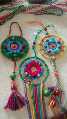 Risultati immagini per mandalas tejidos en telar Weaving Projects, Crochet Projects, Craft Projects, Art For Kids, Crafts For Kids, Arts And Crafts, Bohemian Crafts, Recycled Crafts, Love Crochet