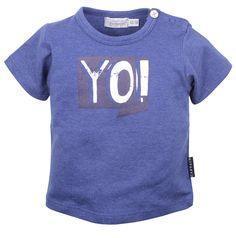 Blauwe jongens tshirt YO van het kinderkleding merk Dirkje Babywear.  Deze blauwe jongens shirt is voorzien van een korte mouw. De shirt heeft een wit opschrift : YO !