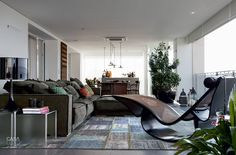 A chaise longue Rio, de Oscar Niemeyer, já pertencia aos moradores. O tapete Patchwork Reloaded (seculo Tapetes) acolhe o sofá de couro, de Paola Navone. A tela é de José Bechara (Galeria Nara Roesler).