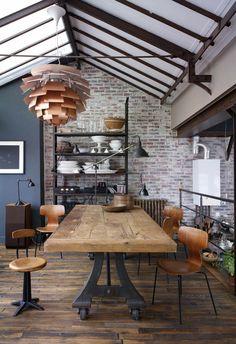 Une salle à manger qui mélange les styles entre industriel et vintage