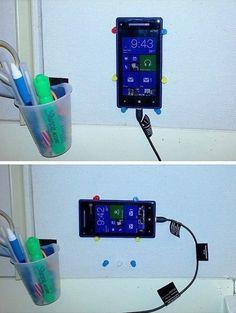Ультрабыстрая, дешевая и эргономичная настенная держалка телефона. Из обычных кнопок для пробковой доски…