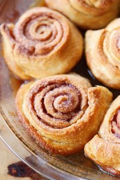 Easy Cinnamon Rolls — This is the BEST cinnamon roll recipe. So easy because they're made with crescent rolls! Plus this homemade cinnamon roll icing is to die for! Just Desserts, Delicious Desserts, Dessert Recipes, Yummy Food, Cinnamon Bun Recipe, Cinnamon Rolls, Oreo Fudge, Finger Food, Biscotti