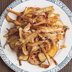 濃厚なごまソースがパリパリ根菜とよく合う「根菜チップスサラダ」のレシピです。プロの料理家・渡辺麻紀さんによる、れんこん、さつまいも、ごぼうなどを使った、320Kcalの料理レシピです。