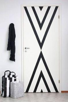 Une porte graphique en masking tape pour un relooking déco express