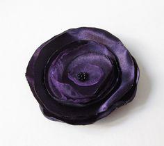 Anstecker Brosche Satin-Organza-Blüte  lila von soschoen auf DaWanda.com