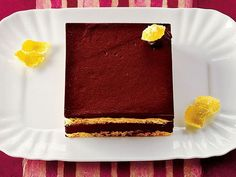 Çikolatalı+ve+Bademli+Kek  Fırını+350+dereceye+ısıtıp+orta+rafını+hazırlayın.+Pişirme+kağının+üzerine+bir+kat+parşömen+kağıdı+serin.+Bunu+tereyağ+ile+yağladıktan+sonra+hafifçe+unlayın.+Rondonun+kasesine+bademler+ve+bir+yemek+kaşığı+un+koyun.+Rondoyu+badem+ve+un+karışıp+badem+unu+haline+gelen+kadar+çalıştırın.+Karışımı+bir+kaseye+alıp+içine+kalan+unu+ekleyip…