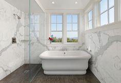 petite salle de bain en marbre avec bagnoire rétro et douche à l'italienne avec paroi en verre