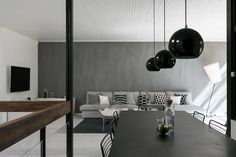 Upea arkkitehtoninen retrohelmi Tervetuloa tutustumaan tähän upeaan designparitaloon Espoon Mäkkylässä. Koti on esimerkillinen 70-luvun postfunkkisteos suorilla linjoilla ja isoilla lasipinnoilla. Sisutus, materiaalivalinnat, linjat ja ulkona oleva puutarha sulavat yhteen merkitykselliseksi kokonaisuudeksi. Koti tarjoaa oman maailman, missä designin, valon ja elämäntyylin tarjoamat mahdollisuudet kohoavat uudelle tasolle. Huikeiden sisätilojen lisäksi tunnelma jatkuu ulos asti kutsuvalle…