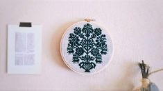 フォークロア風刺繍の木枠フレーム飾りa(麻・深緑) - リブリ