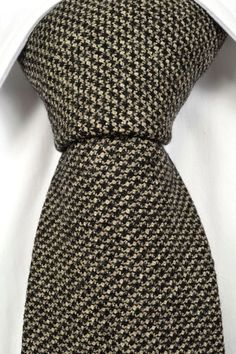Elis has a gorgeous small patterned base in black & beige. A must-have in your wool selection.