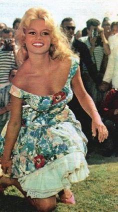 """""""Käytä rohkeasti kuoseja"""" & """"Mekko on aina hyvä vaihtoehto"""": Brigitte Bardot kukallisessa kellomekossa alushameineen"""