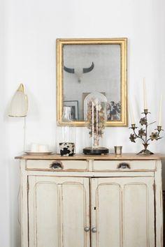 le vieux buffet parisien : Appartement parisien vintage et bohème - Créatrice de robes de mariée Laure de Sagazan // Hëllø Blogzine blog deco & lifestyle www.hello-hello.fr #desagazan #bridal #vintage #paris #hometour