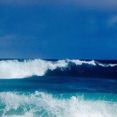 【ohana77hy】さんのInstagramをピンしています。 《#hawii #oahu #aloha #ハワイ #オアフ島 #海 #透明度がすごい #波 #波ウェーブ #wave #青い海 #青い海青い空》