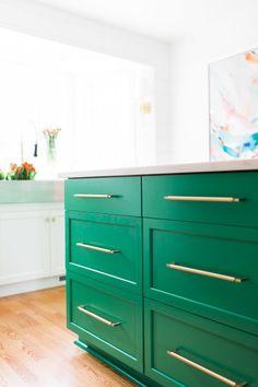 Green island: http://www.stylemepretty.com/living/2015/05/07/5-designer-secrets-to-a-kitchen-renovation/ | Photography: Alyssa Rosenheck - http://alyssarosenheck.com/