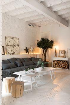 I mattoni a vista dipinti di bianco e il soffitto a voltino donano a questo appartamento di Barcellona un'atmosfera molto speciale. A noi piace per le grandi finestre, per la cucina dall'aspetto in...