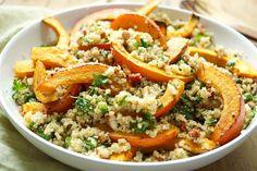 Direkt zum Rezept Hier ist es: das erste Kürbis-Rezept der Saison! Ein gerösteter Hokkaido-Kürbis auf Quinoa-Salat mit Mandeln ist voller gesunder Zutaten. Vielleicht geht es Euch wie einer Kollegi…