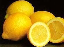 """Citrón dokáže všelijaké triky. Stejně jako se voda změní ve víno, tak citrón se svou kyselinou rychle změní kyselé složení na zásadité. Tím, že obsahuje velký obsah vápníku, zaštiťuje pro kosti, zuby a nervový systém základní výživu. Obsahuje také fosfor a jedna z jeho největších předností je schopnost pomáhat """"trávit"""" bílkoviny. Doktor Gerald Stalh nám podává zprávu o nespočetných případech očních katarů, které byly vyléčeny používáním kapek stejného poměru citrónové šťávy a destilované…"""