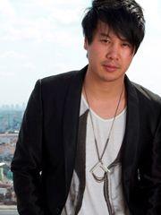 Hình ảnh ca sĩ Thanh Bùi nam tính với áo khoác đen, bên trong áo phông in hình độc đáo, đơn giản nhưng vẫn toát lên vẻ đẹp rất đàn ông của anh