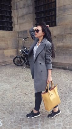 Grey coat with black sneakers is quite boring, but with yellow bag become ideal background for bright accessories