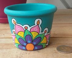 pot mandala verso Painted Clay Pots, Painted Flower Pots, Painted Cups, Flower Pot Art, Flower Pot Design, Flower Crafts, Pottery Painting Designs, Pottery Designs, Diy Arts And Crafts